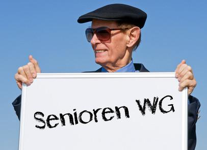 Senior mit Schild in der Hand