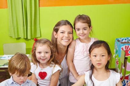 Tagesmutter mit Kindern in den Armen