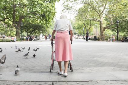 Bild von Frau mit Rollator im Park