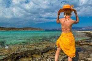 Frau in Neckholder Bikini