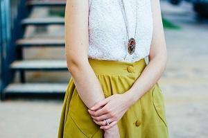 Bild Frau mit langer Halskette