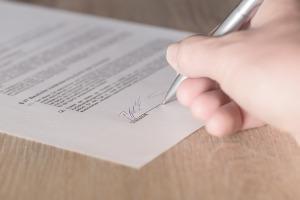 Bild Kaufvertrag wird unterschrieben