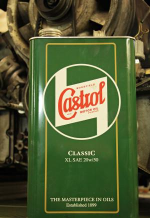 Bild grüne Blechbox mit Motoröl