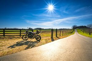 Bild Motorrad mit Straße und Feldern