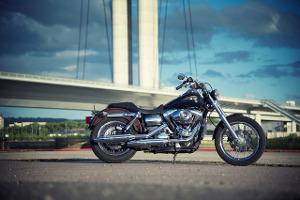 Bild schwarzes Motorrad vor einer Brücke