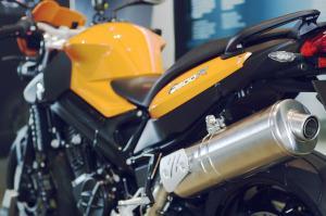 Motorrad seitlich mit Auspuff