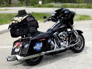 Bild schwarzes Motorrad mit Navi und Reisegepäck