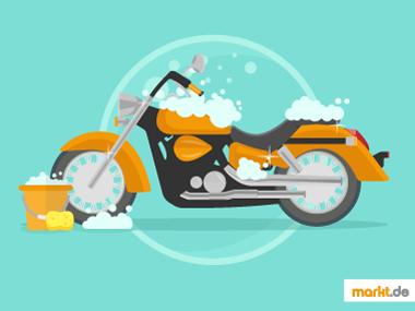 Bild oranges Motorrad wird gewaschen