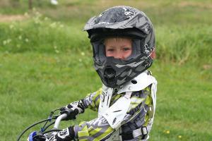 Bild Kind mit einem Motorradhelm