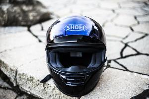 Bild schwarzer Motorradhelm auf dem Boden