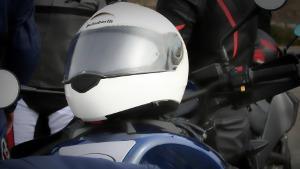 Bild weißer Motorradhelm