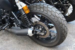 Bild schwarzer Motorradreifen von der Seite