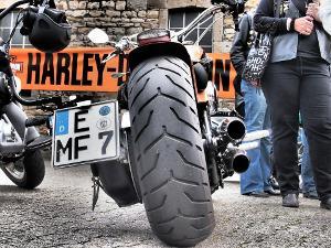 Bild Motorradreifen und Auspuff