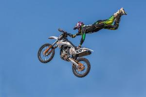 Bild Motorradstunt in der Luft
