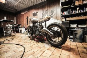 Bild Motorradwerkstatt mit einem Motorrad