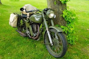 Bild dunkel grüner Oldtimer Motorrad