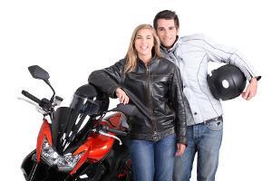 Bild Pärchen in Jeans vor einem Motorrad