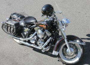 Bild schwarzes Motorrad mit Satteltaschen