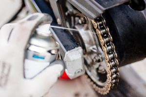 Bild Spray und Motorradkette