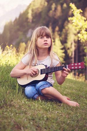 Bild Mädchen mit Gitarre