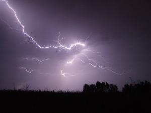 Bild heller Blitz am Nachthimmel