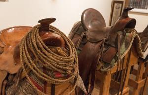 Bild zwei braune Pferdesättel
