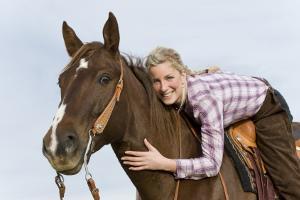 Bild Frau auf braunem Pferd