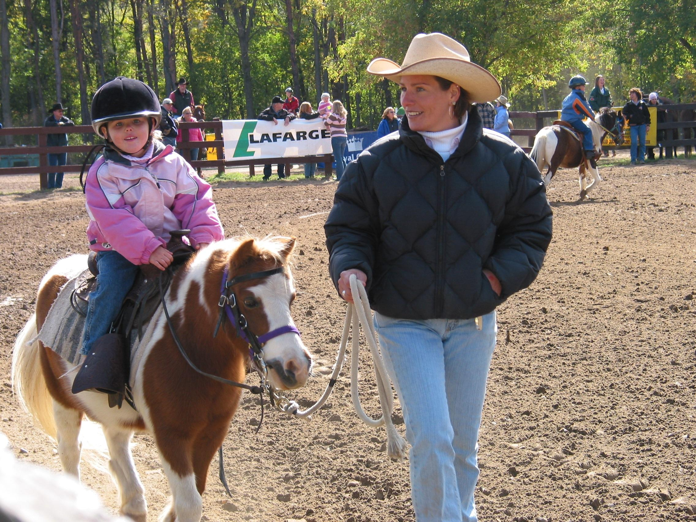 Bild Kind reitet auf Pony