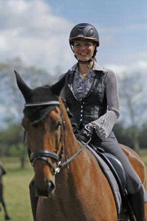 Reiterin auf braunem Pferd