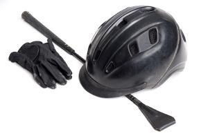 Bild schwarzer Reithelm, Gerte und Handschuhe