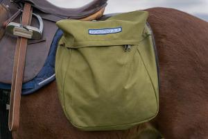 Bild olivgrüne Satteltasche auf einem Pferd
