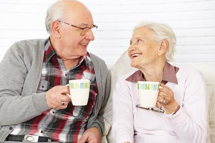 Zwei Senioren unterhalten sich und trinken Kaffee
