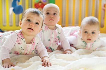 Drei Babys krabbeln am Boden