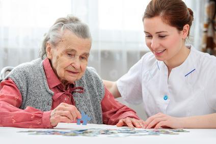 Pflegerin spielt mit Frau