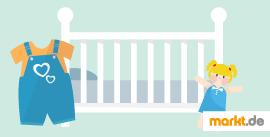 Bild Kinderbett, Kinderkleidung und Puppe