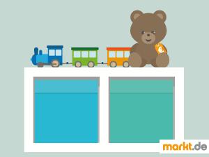 Bild blaue Boxen, Spielzeugzug und brauner Teddybär