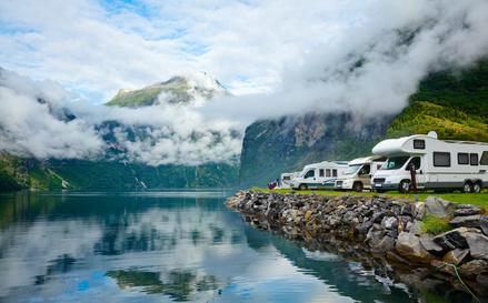 Campingplatzlage mit Seeblick und Bergen