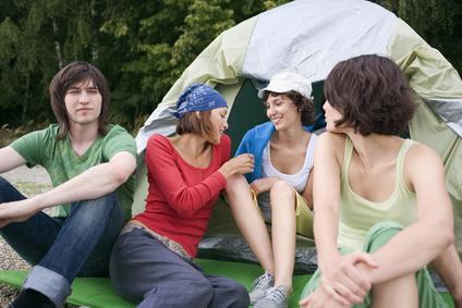 Personengruppen vor Zelt