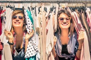 Bild Frauen mit Kleidungssständer