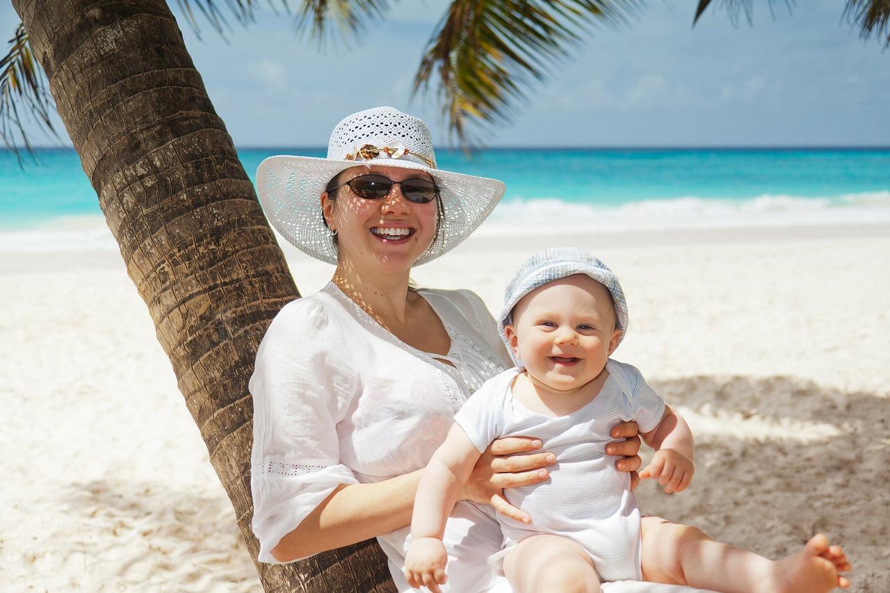 Mutter mit Kind am Strand