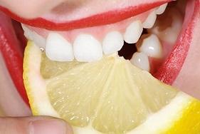 Zitronensaft für weiße Zähne