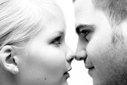Mann und Frau Kopf an Kopf