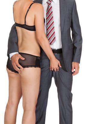 Frau in Dessous mit Mann im Anzug