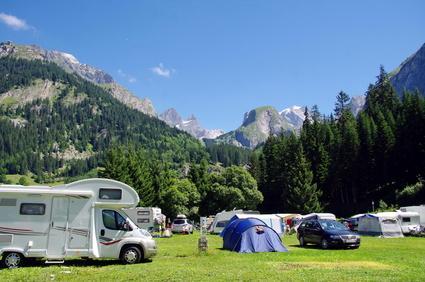 Campingplatz mit Wohnwagen und Zelten