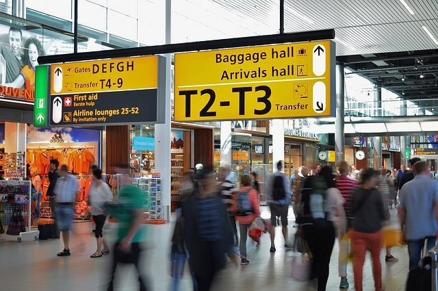 Bild Flughafen mit vielen Reisenden