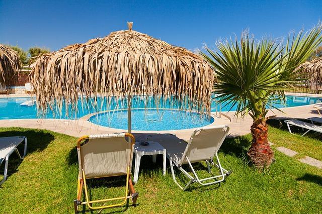 Bild Pool mit Sonnenstühlen und Sonnenschirm