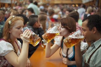 Bild Bier trinken am Wiesntisch