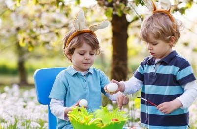 Kinder mit Ostereiern