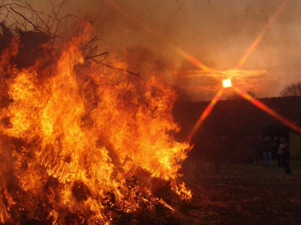 Osterfeuer bei Nacht