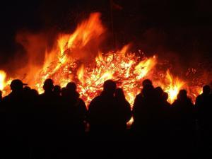Bild Osterfeuer Menschen